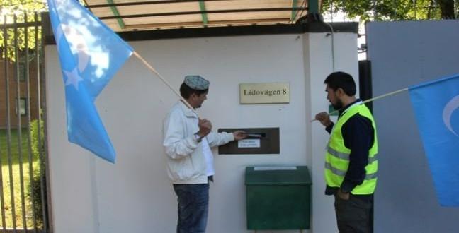مملكة السويد…وقفة بعلم تركستان الشرقية أمام السفارة الصينية