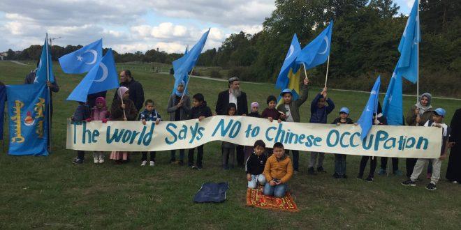 """مظاهرة  أمام سفارة الاحتلال الصينية في ستوكهولم بعنوان""""العالم تقول لا لاحتلال الصين""""."""