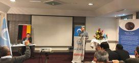 رئيس إتحاد الايغور التعلمية يلقي كلمة خلال افتتاح جلسة العامة الطارئة لمؤتمر الأويغور العالمي فى مدينة مِيُونِخ المانيا