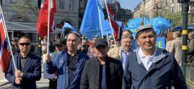 مظاهرة فى ستوكهولم ، للضغط على نظام الاحتلال الصينية من أجل إجبارها على وقف الانتهاكات