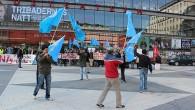 Idag demonstrerade ett 50 tal uiguriska flyktingar och flera andra Han kinesiska dissidenter på Sergels Torg i protest mot Kinas premiärminister Wen Jiabao som besökte pampar och storföretagare i Stockholm.